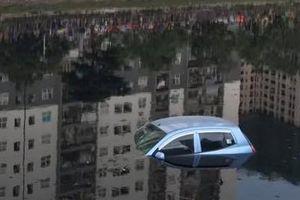 Hy hữu: Ô tô 4 chỗ 'tắm' sông Tô Lịch do chủ xe quên... cài tay phanh