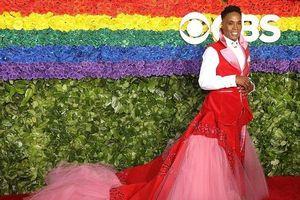 Ông hoàng thảm đỏ Billy Porter đỏ rực một vùng trời trong chiếc váy dài thướt tha