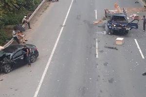 Hà Nội: Xe con nát bét sau va chạm với xe tải trên đại lộ Thăng Long