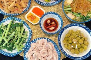 Hôm nay ăn gì: Tràng lợn luộc và canh cua khoai sọ rau rút