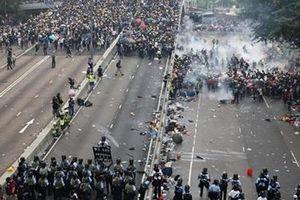 Biểu tình biến thành bạo loạn, chính quyền Hong Kong tạm đóng cửa