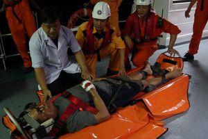 Vượt sóng cứu thuyền viên Philippines bị tai nạn trong đêm