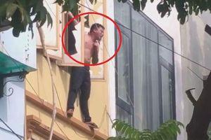Clip: Không chế nam thanh niên ngáo đá treo vắt vẻo ngoài ban công tầng 3 tại Hà Nội
