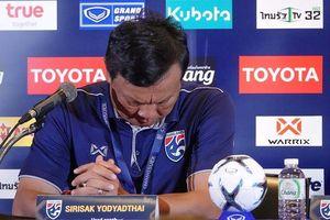 Bại trận trước thầy Park, ông Sirisak từ chức HLV Thái Lan
