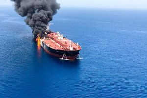 Tàu chở dầu bị tấn công gần eo biển Hormuz, giá dầu tăng vọt