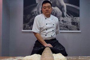 Người thợ nhún nhảy chế biến món mì hiếm nhất Trung Quốc