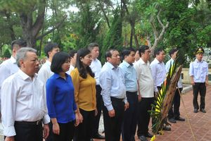 Đoàn công tác Ban Thường vụ Thành ủy Hà Nội tri ân các anh hùng liệt sỹ tại nghĩa trang Trường Sơn và Đường 9