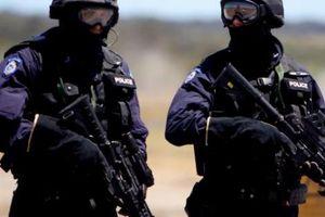 Úc: Mang vũ khí vào cây xăng, hai anh em lĩnh ngay 'kẹo đồng' của cảnh sát