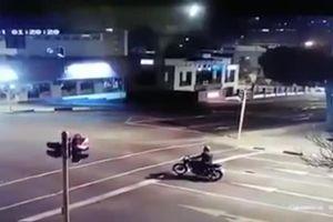 Dừng đèn đỏ, người lái xe máy lĩnh trọn cú đâm 'tử thần'