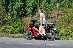 Công an vào cuộc điều tra vụ dân xúm vào 'hôi vịt' trên xe tải bị lật ở Quảng Bình