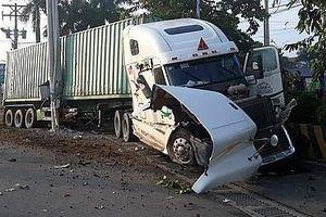Container nổ lốp tông trực diện vào ô tô, 3 người tử nạn