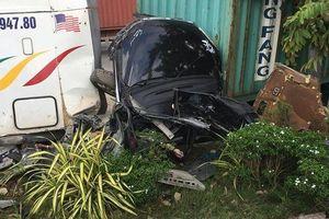 Container mất lái tông ô tô chạy ngược chiều, 5 người thiệt mạng