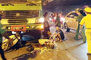 Xe tải húc đuôi xe máy, người phụ nữ tử vong tại chỗ