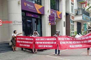 Khách hàng dự án Eco Green Tower căng băng rôn trước cổng ngân hàng TPBank đòi quyền lợi