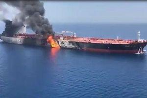 CLIP: Tàu chở dầu bốc cháy bên ngoài vịnh Ba Tư