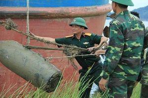 Hà Tĩnh: Trục vớt thành công quả bom nặng 400 kg dưới sông Lam