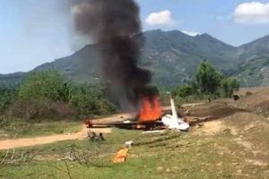 Lửa cháy ngùn ngụt tại hiện trường máy bay quân sự rơi ở Khánh Hòa
