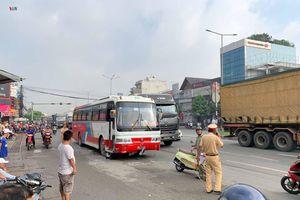 Xe đưa rước công nhân gây tai nạn liên hoàn, 3 người nhập viện