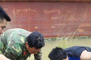 Bom 'khủng' dài 1,2m trên sông Lam dính lưới ngư dân