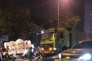 Dừng chờ đèn đỏ, hai nữ công nhân bị tông thương vong ở Hà Nội