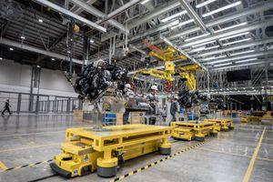 1.200 robot hoạt động náo nhiệt trong nhà máy ô tô VinFast