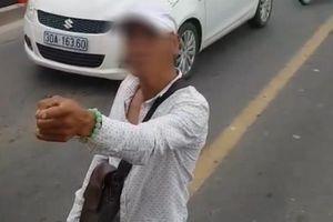 Clip: Thanh niên nghi ngáo đá, cầm hung khí chặn đầu xe bus giữa cầu Chương Dương