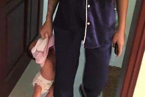 'Mổ xẻ' chuyện người mẹ trẻ xăm trổ xách con 3 tuần tuổi lủng lẳng trên tay