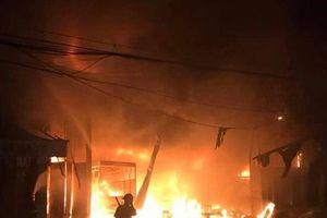 Hà Nội: Chữa cháy xưởng gỗ trong đêm, 1 chiến sỹ cứu hỏa bị thương