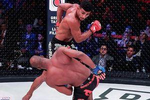 Võ sĩ MMA bị đấm 'lật mặt' vì tội bày trò trêu ngươi đối thủ