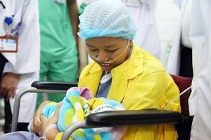 Xúc động hình ảnh người mẹ ung thư lần đầu gặp con sau 23 ngày sinh mổ