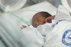 Xúc động cuộc gặp đầu tiên của sản phụ ung thư và con trai sau 23 ngày sinh mổ