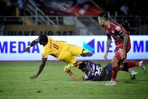 Thủ môn thoát thẻ đỏ, TPHCM vô địch lượt đi V-League 2019