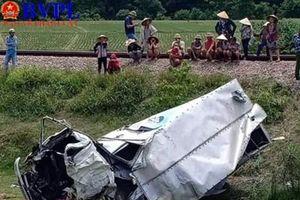 Xe tải bị tàu hỏa đâm rồi vò nát bươm ở Hà Tĩnh