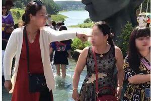 Clip: Chỉ vì tranh chỗ chụp ảnh 'sống ảo' ở Đà Lạt, 2 người phụ nữ trung niên 'choảng' nhau bôm bốp