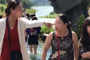 Clip: Chỉ vì tranh chỗ chụp ảnh 'sống ảo' ở Đà Lạt, 2 người phụ nữ trung niên 'choảng' nhau bôm bốp, rớt cả xuống hồ