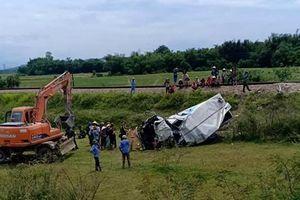 Bị tàu hỏa tông trúng, tài xế xe tải bị dập nát hai chân