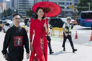 Người đẹp nhân ái Thủy Tiên gây ấn tượng với áo dài ly vuông, tay bồng