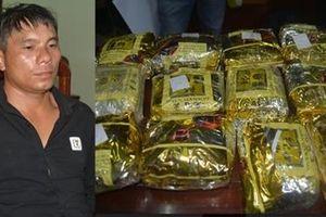 Kẻ mang 15 kg ma túy bị bắt quả tang