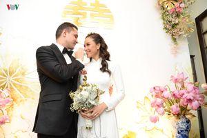 Bạn trai Tây dịu dàng lau nước mắt cho MC Phương Mai trong lễ rước dâu