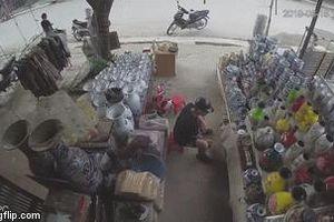 Camera an ninh nhà bên đường 'bóc' nguyên nhân vụ tai nạn giữa xe máy và xe đạp điện
