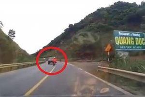 Lái xe máy sống sót thần kỳ sau khi đâm vào ôtô
