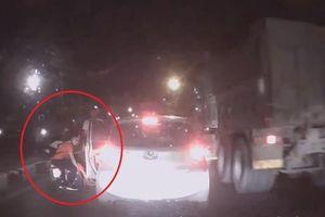 Sang đường ẩu, xe máy đâm thẳng vào ôtô