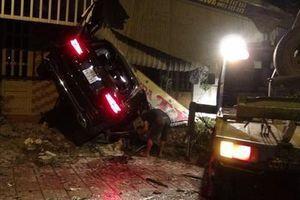 Hiện trường xe Mercedes tông liên tiếp 3 nhà dân bên đường