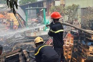 Nhà xưởng 1.000 m2 bốc cháy giữa trưa