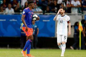 Thua Colombia, thầy Messi đổ thừa cho… mặt sân