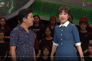 Hari Won phải nhờ Trường Giang đọc dùm câu hỏi vì quá hồi hộp