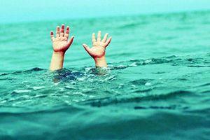 Đi câu cá, 2 học sinh trượt chân xuống hồ nước, tử vong