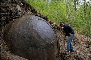 Giải mã bí ẩn quả cầu đá khổng lồ trong rừng cấm