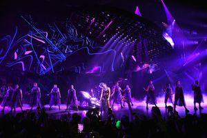 Fan tranh cãi nảy lửa chuyện Lady Gaga kéo dài chuỗi show diễn tại Las Vegas thêm 2 năm: Chị làm gì với sự nghiệp mới rực rỡ trở lại thế này?