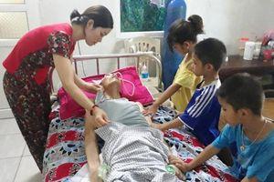 Tương lai mờ mịt của cô giáo nghỉ dạy chăm chồng liệt và ba con thơ
